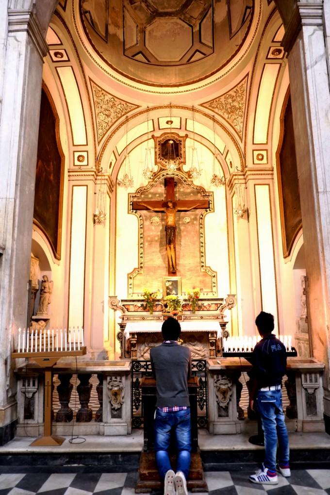 ナポリの教会で、ひざまずく信者(かな?)
