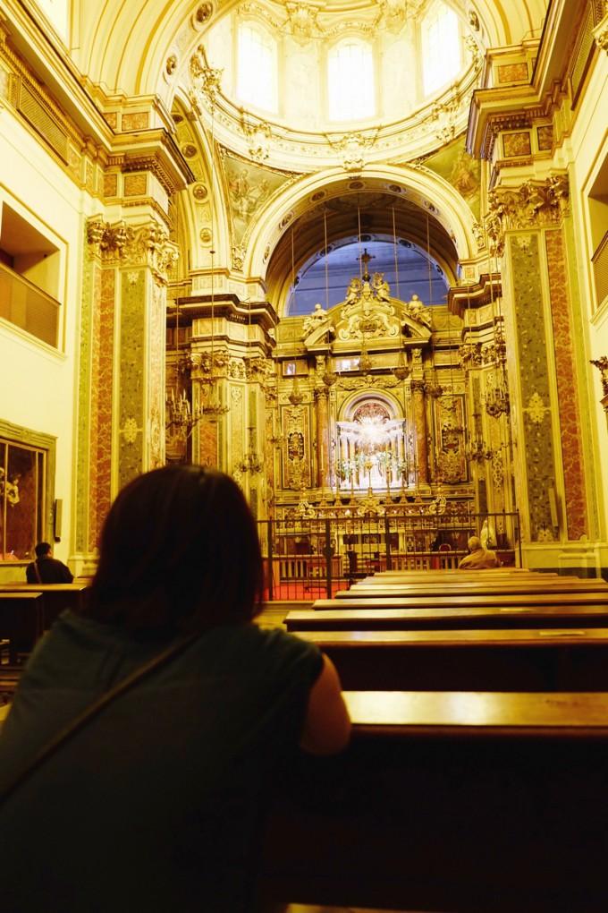 ナポリの教会で、敬虔な気持ちに浸る