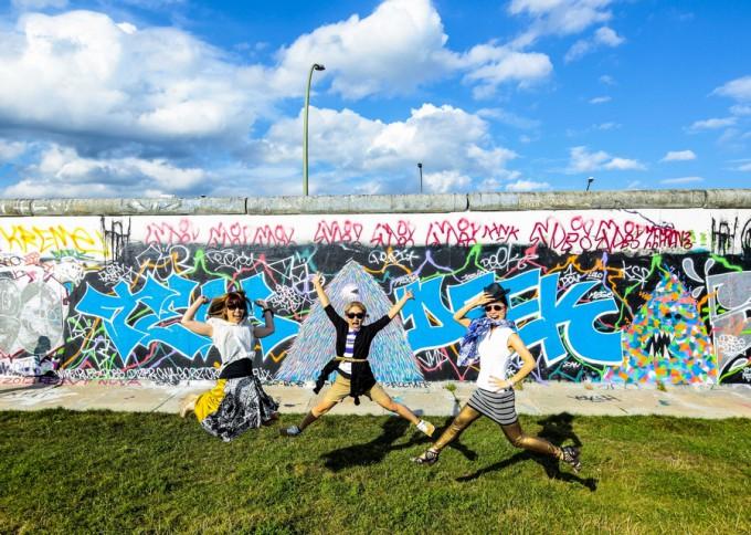ベルリンの壁の前でジャ~ンプ!