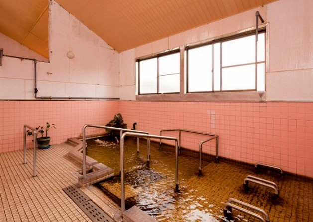 手すりがあり高齢者に配慮した浴槽