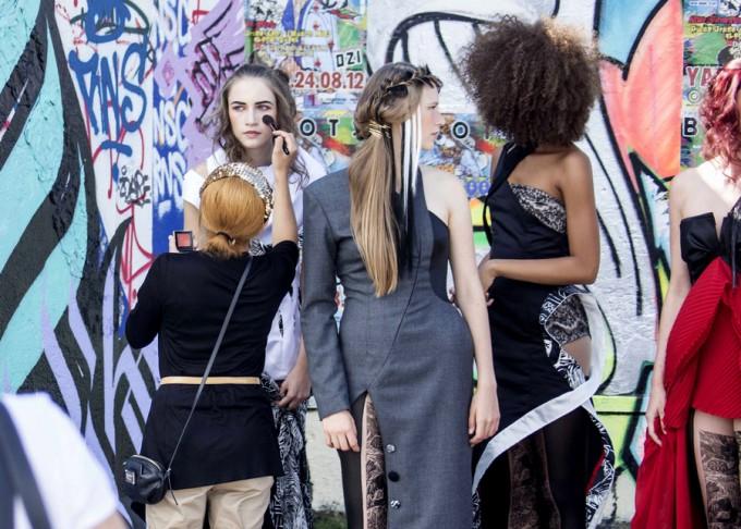 ベルリンの壁でのファッションショーのメイクシーン