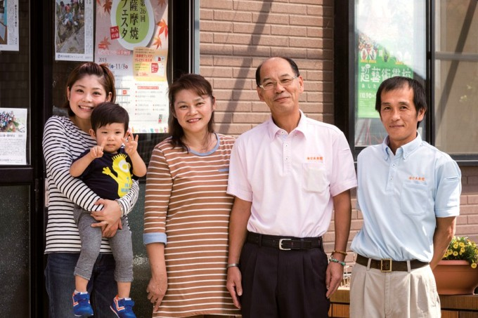 山下記洋司所長夫妻(中央)と家族ら