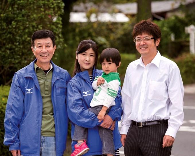 古川幸俊所長家族とスタッフ(左)