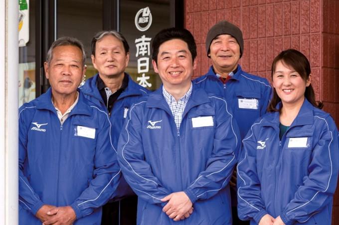 徳永伸一郎所長夫妻(前列右側)とスタッフ