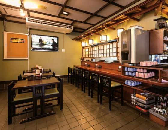 店内は広く、カウンターやテーブル席以外にも和室に禁煙席が6卓ある