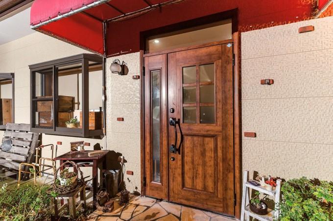 木製の扉に赤いテントが映える入り口