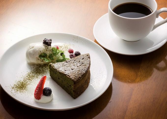 抹茶ガトーショコラセット。ほかに2、3月限定でチョコレートケーキのザッハ(460円)、3層のムースをチョコスポンジで挟んだムースショコラ(420円)がお薦め