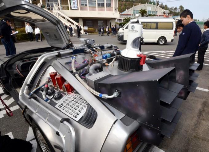 車の後部には、ゴミをエネルギーに換える機器も再現されている