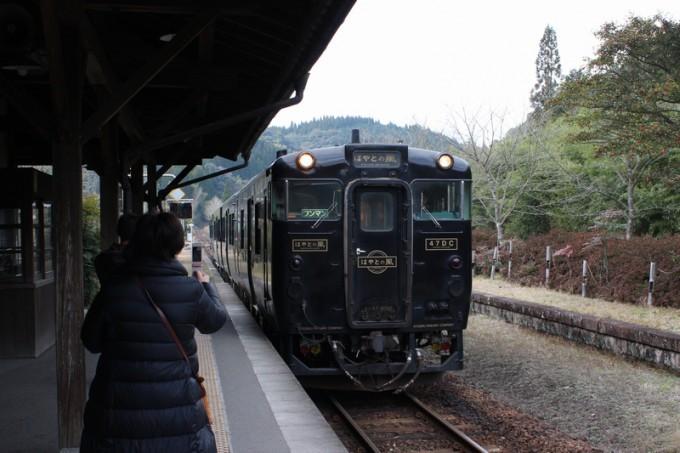 嘉例川駅に到着する特急「はやとの風」