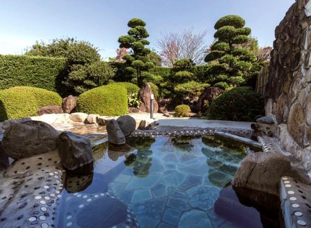 日本庭園に囲まれた露天風呂
