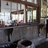 JR嘉例川駅。歴史を感じる駅舎内