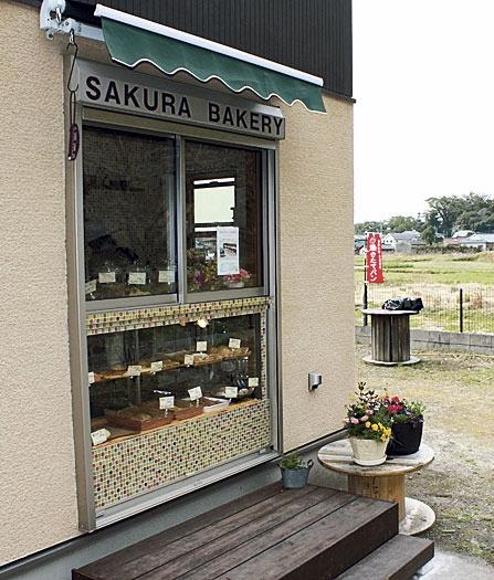 散歩中や近隣の住民が次々と立ち寄る小さなお店。臨時休業やパン情報はツイッターで。