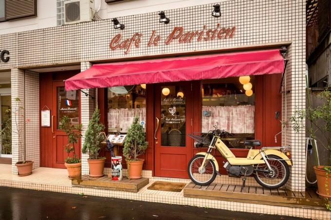 店先にはフランスの自動車メーカープジョーのバイクが飾られている