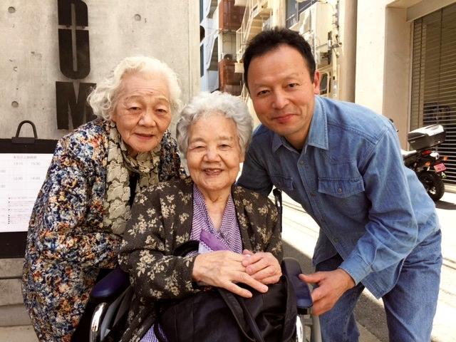 母(中央)、叔母と舞台あいさつ後に