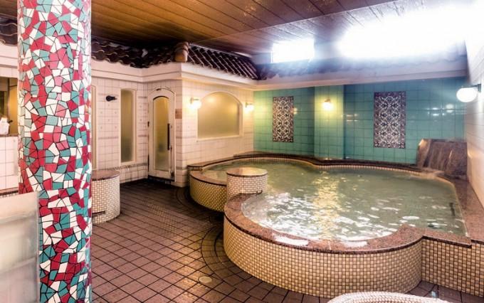 カラフルなタイルを施した浴場