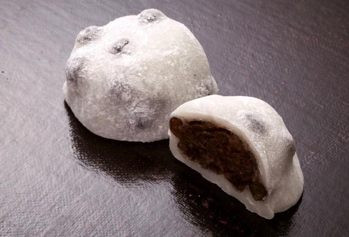 赤えんどう豆と小豆あんを求肥(ぎゅうひ)で包んだ「塩豆大福」