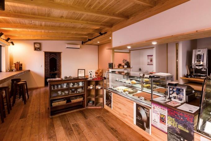 店舗奥には昨年併設されたカフェスペースがある