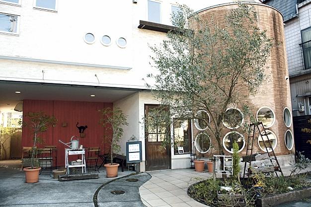 鹿児島市宇宿の住宅街にあるお店。赤と白のツートンの壁と、円窓のおしゃれな建物はまるでカフェのよう