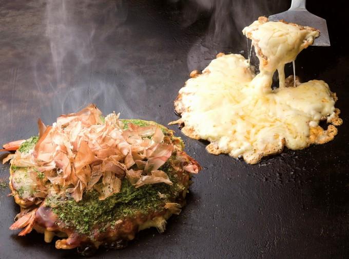 トン平チーズ(右)。お好み焼きのトッピングはねぎ(200円)、とろろ山芋(150円)、タマゴ(50円)から選べる