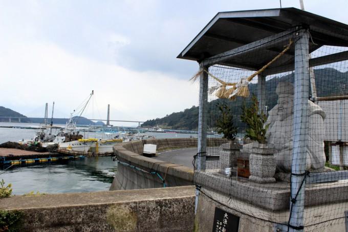 薄井漁港に立つ「えびす像」