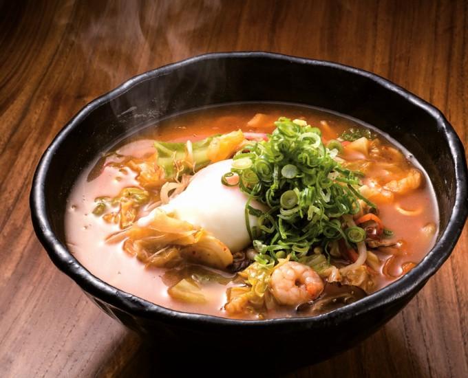 ピリ辛スープに温泉卵があうチゲ辛みそちゃんぽん。ミニちゃんぽんは各100円引き
