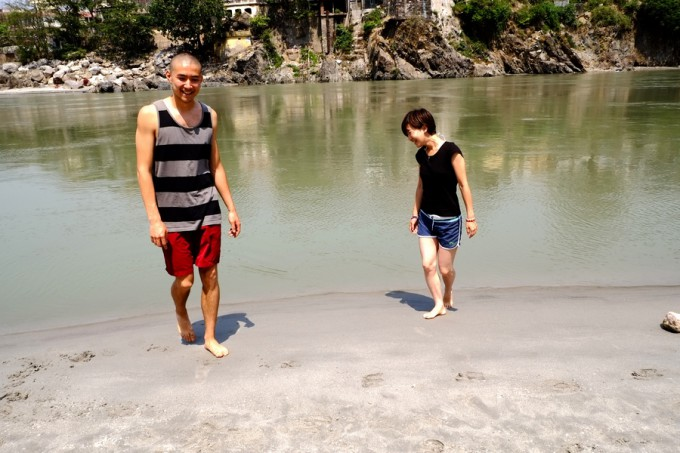 川で戯れる日本人カップルみたい??笑