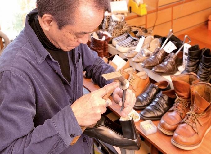 靴を修理する渡久地さん