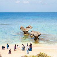 ハート岩が人気のティーヌ浜