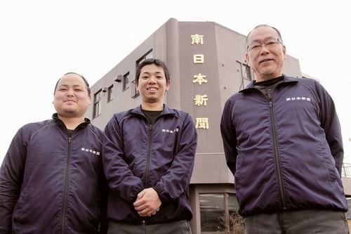 岡本哲也所長(右)とスタッフ