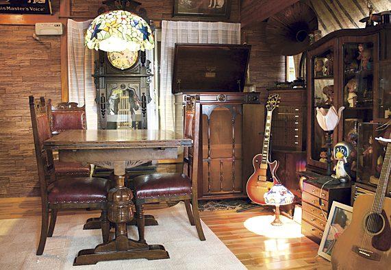 大正時代の蓄音器がある喫茶室は、ほうろう看板や柱時計など懐かしい雰囲気。店内でライブを開くことも