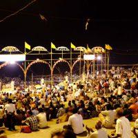 お祈りの儀式に集まる人々