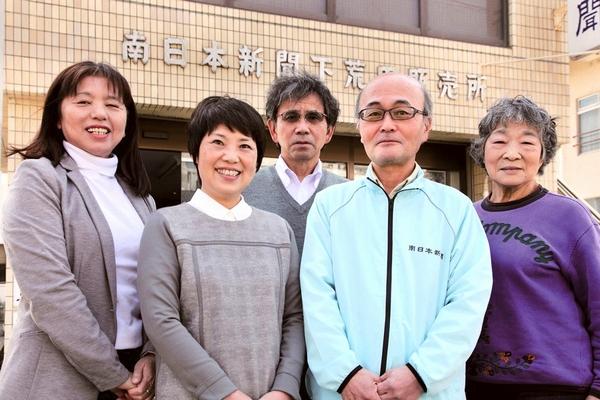 大迫博文所長夫妻(中央)とスタッフ