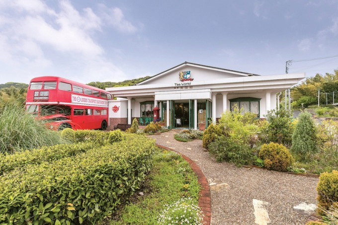 庭にある英国の2階建てバス車内でも飲食できる(7月下旬までは改修中につき利用不可)