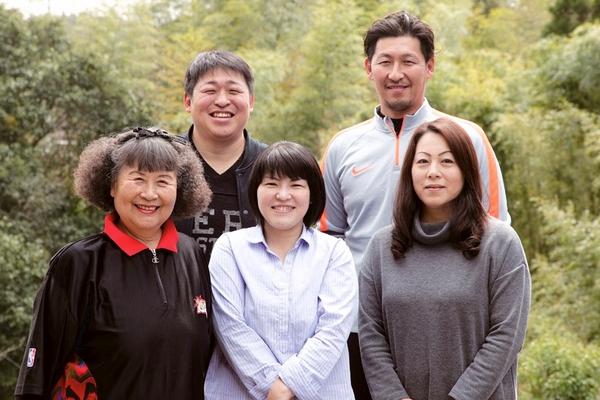 濱田大介所長(後列左)家族