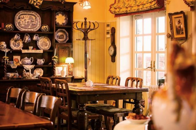 ヨーロッパのアンティーク家具や食器類が飾られた店内