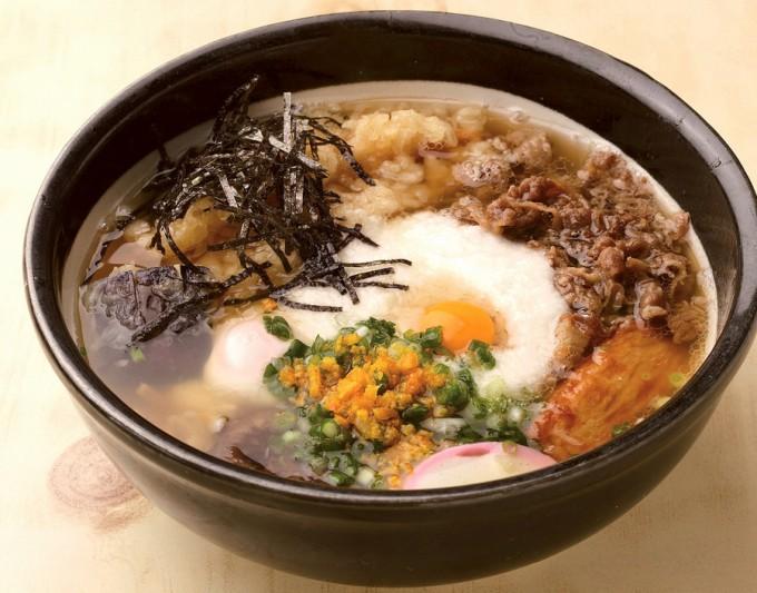 香り豊かなそばに天ぷら、山芋、牛肉、卵などが載ったスペシャルそば