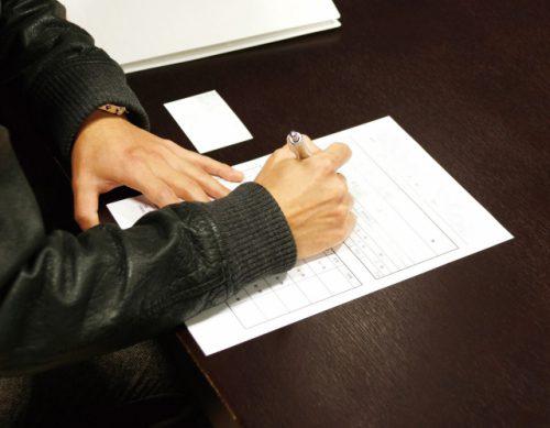 同意書にサインするイメージ