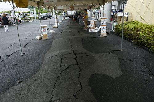 地震の影響で断裂した地面