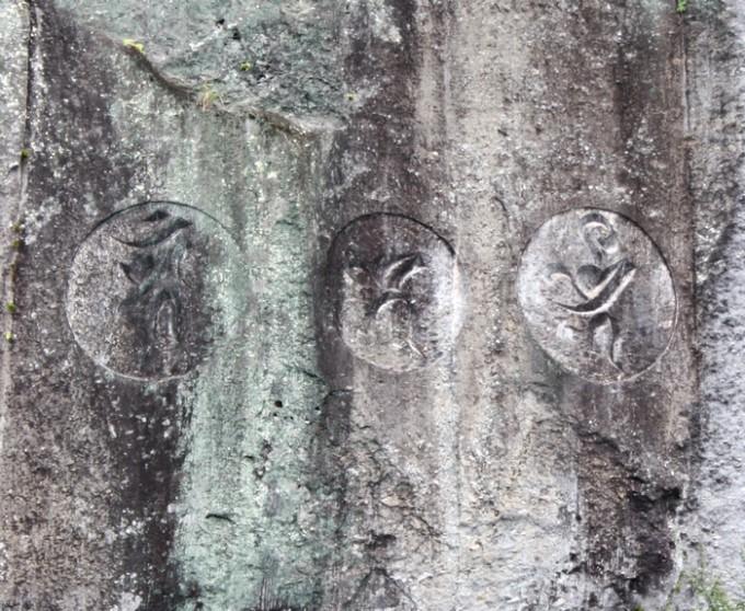岩に彫られた梵字