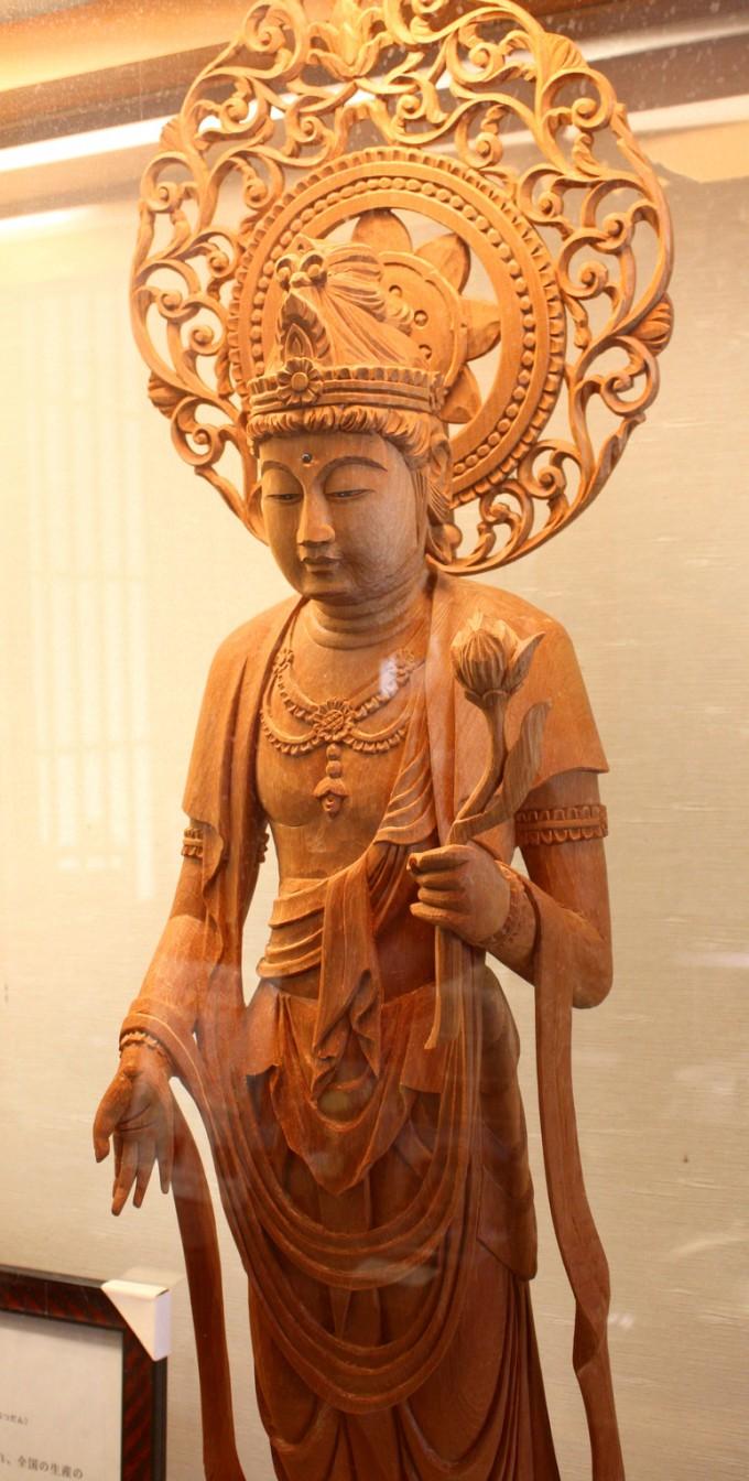 川辺らしい木彫りの仏像
