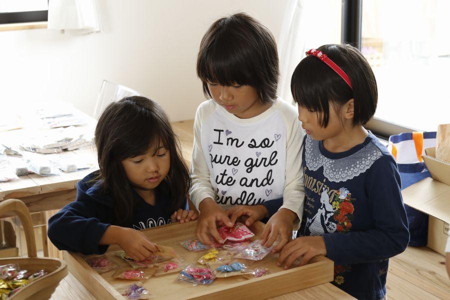 手作りアクセサリーは子ども達に大人気