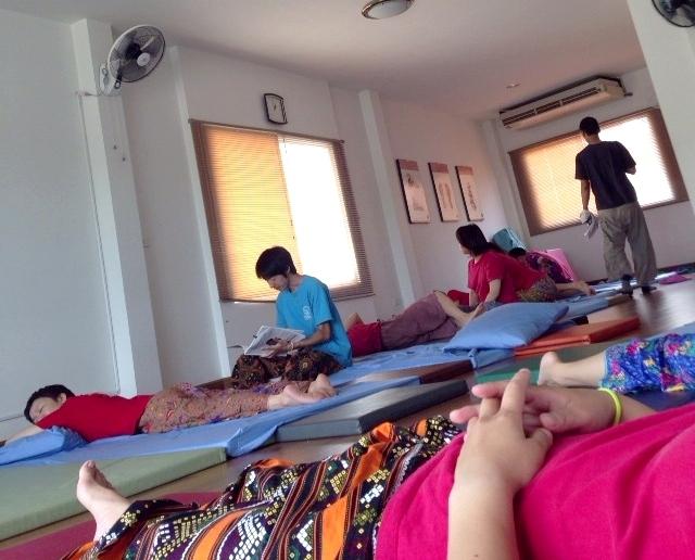タイ古式マッサージ授業合間の休憩シーン