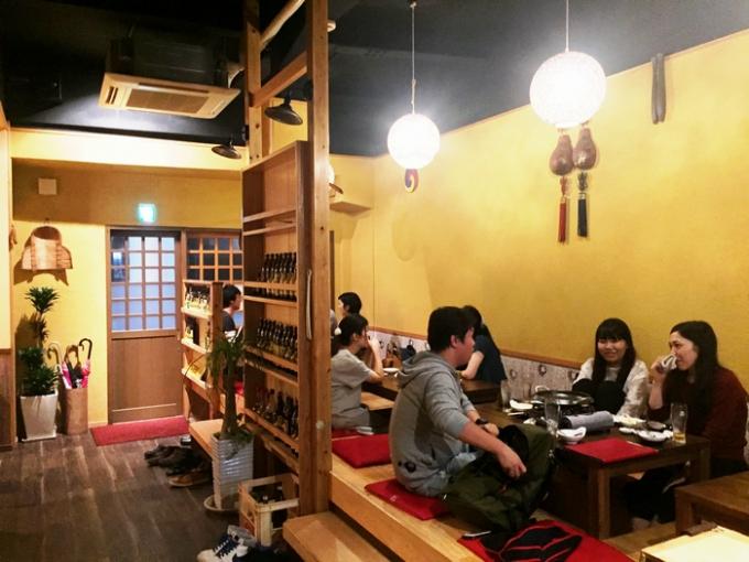 韓国家庭料理 釜山。開放感のある店内