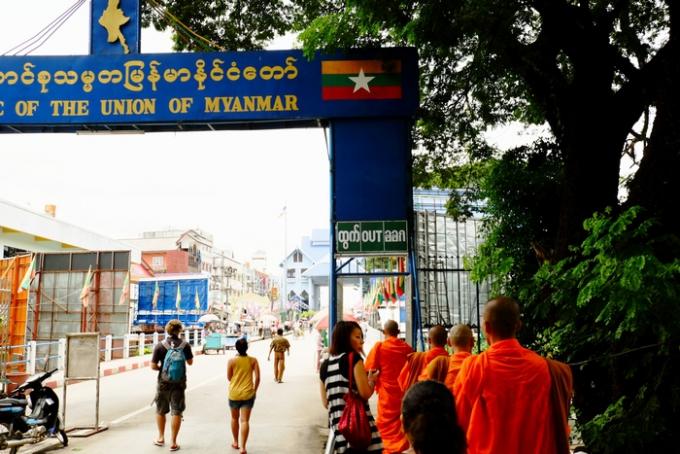 お坊さんたちに囲まれミャンマー出国