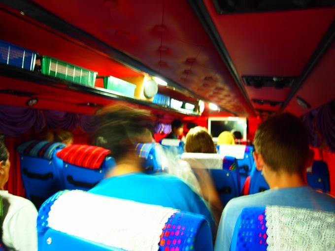 派手なバスの車内