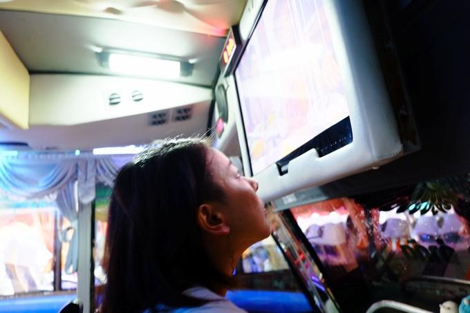 バス車内のテレビが近すぎ…