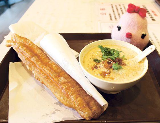 豆乳(30元)と揚げパン。豆乳は味付けあり・なしがある