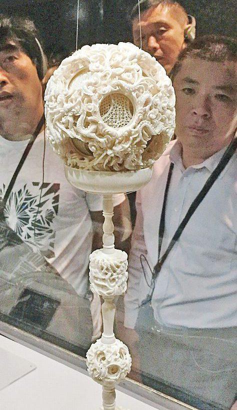 象牙を透かし彫り、24層もあるという球の見事な細工も