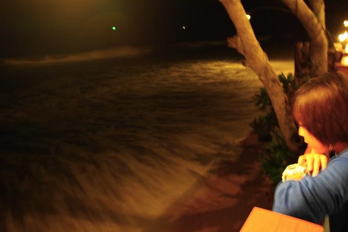 クラビのレストランのテラスで波の音