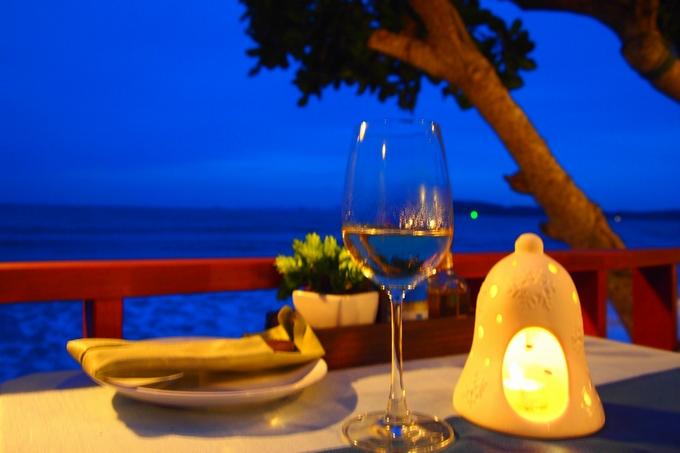 クラビの浜辺。レストランのテラスにて